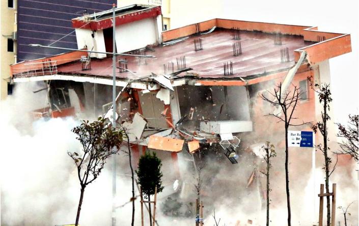 """Media franceze: Tërmeti në Shqipëri nxjerr """"lakuriq"""" ndërtesat e ngritura nga korrupsioni"""